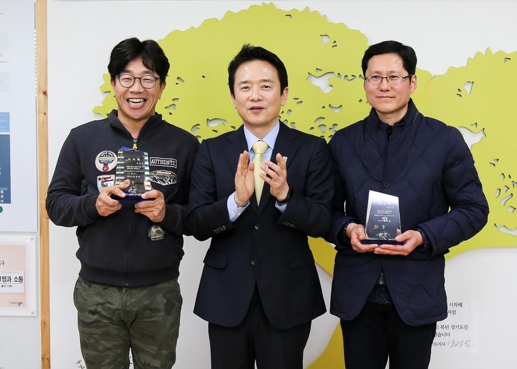평화누리길 홍보대사 위촉식1(왼쪽부터 박철민씨, 남경필지사, 정준구씨)